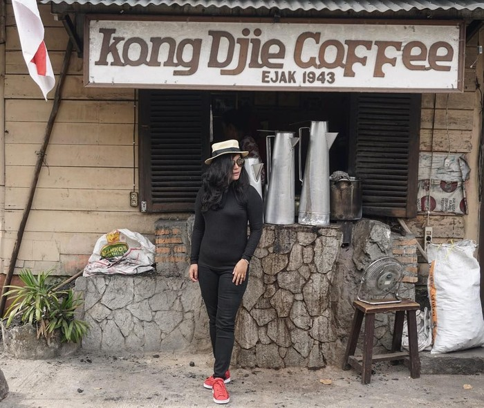 Wanita bernama Vien Tasman ini memang hobi jalan-jalan. Di dalam negeri ia pernah menyambangi Belitung untuk mencicip kopi tradisional enak di sana. Foto: Instagram vienstasman