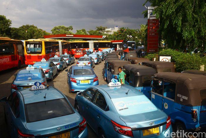 Kendaraan umum seperti bajaj, transjakarta, dan taksi mengantre BBG di SPBG Rawamangun, Jakarta Timur.