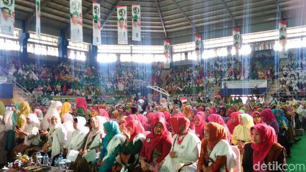 Emak-emak Jaringan Kiai-Santri Jabar Dukung Jokowi