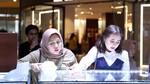 Prilly, Enak Banget Sih Makan Lesehan di Milan