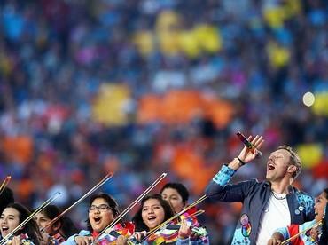 Tak disangka, di balik senyum yang dilemparkan Chris Martin di atas panggung, ia tengah berjuang keras atas kehidupannya. (Foto: Ronald Martinez/Getty Images)