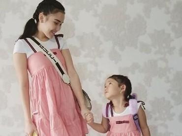 Ayu Ting Ting terlihat seperti kakaknya Bilqis ya dengan baju pink ini. Kompak banget. (Foto: instagram @ayutingting92)