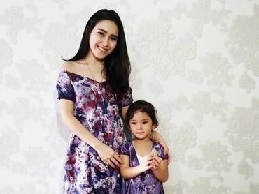 Ayu Ting Ting dan Bilqis memang hobi memakai pakaian yang kembar, mereka terlihat cantik dengan gaun ungu ini kan, Bun? (Foto: instagram @ayutingting92)