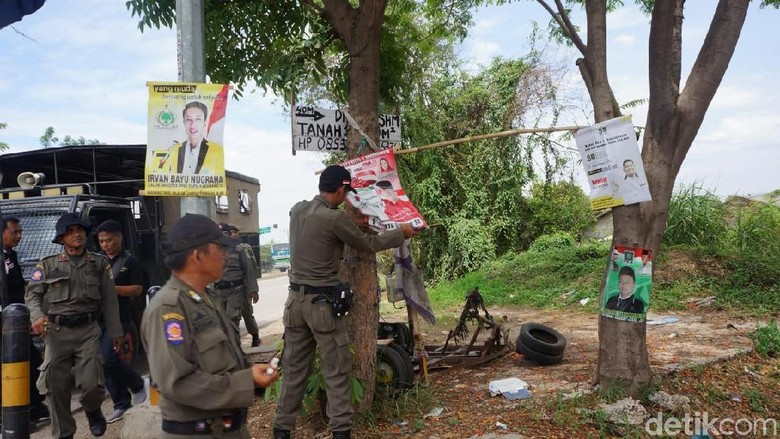 Melanggar Aturan, APK Caleg di Karawang Dibongkar