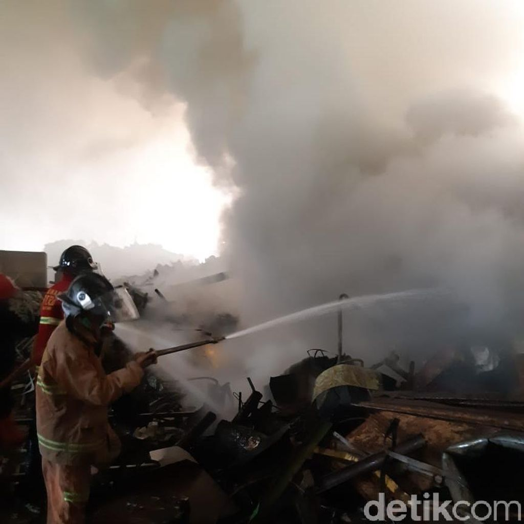 5 Orang Terluka Akibat Kebakaran Pabrik di Serang