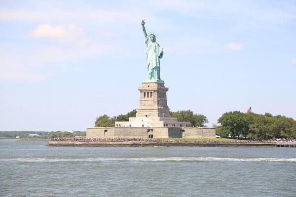Di AS, traveler bisa berkunjung ke kota tempat pengarang novel To All the Boys Ive Loved Before, Jenny Han di New York. Di sana, Traveler bisa berkunjung ke Empire State Building, Patung Liberty, Jembatan Brooklyn dan pertunjukan Broadway