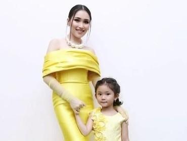 Dengan gaun kuning ini, Ayu Ting Ting dan Bilqis terlihat seperti putri raja ya. (Foto: Instagram @ayutingting92)