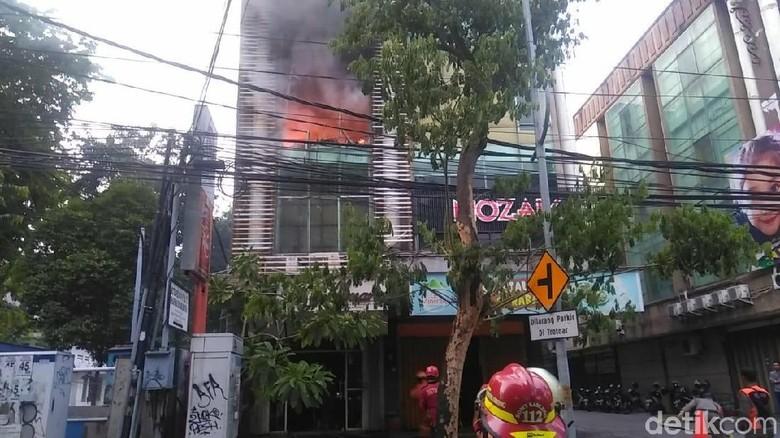 Butik di Jalan Kayoon Terbakar, Terdengar 5 Kali Ledakan