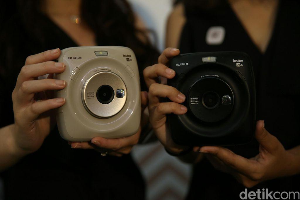 Instax Square SQ20 sama dengan seri polaroid lainnya, memungkinkan pengguna menjepret foto dan langsung menerima hasil fisiknya saat itu juga. (Foto: detikINET/Agung Pambudhy)
