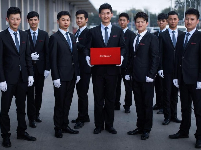Kurir tampan dan tinggi siap mengantar pesanan belanja online di China. Foto: Dok. JD.Com