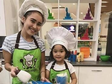 Mau masak apa nih Ayu Ting Ting dan Bilqis? Ikutan dong he-he-he. (Foto: Instagram @ayutingting92)