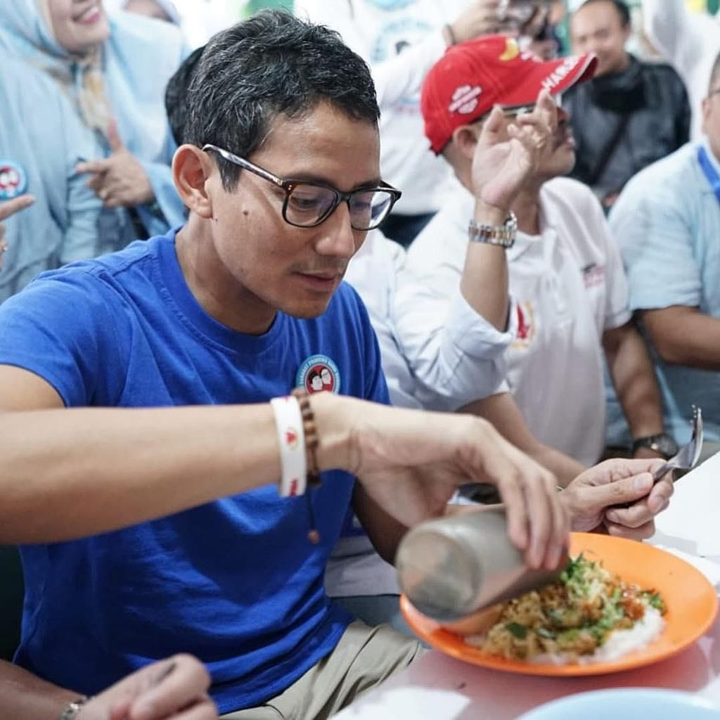 Makan Bubur Anti Tumpah, Sandiaga Uno : Bubur Mang Oyo Mak Nyosss!