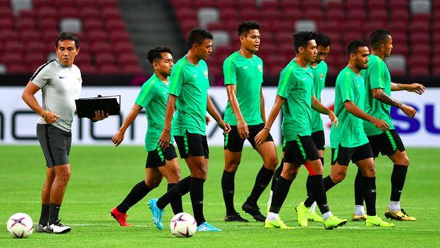 Bima Sakti saat menjadi asisten pelatih di Timnas Indonesia U-22. (
