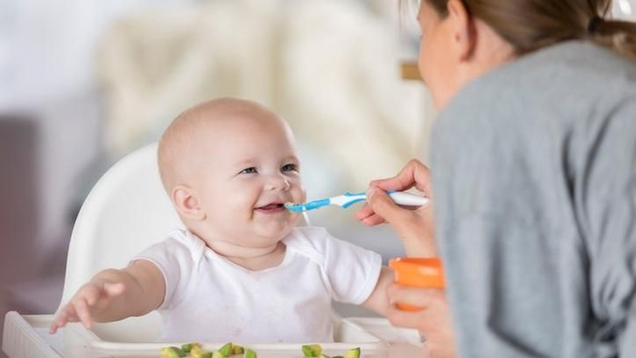 Masih ada orang tua memberi makan bayinya pakai nasi (Foto: Istock)