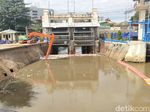 Gunungan Sampah Terus Dibersihkan, Pintu Air Manggarai Kembali Bersih