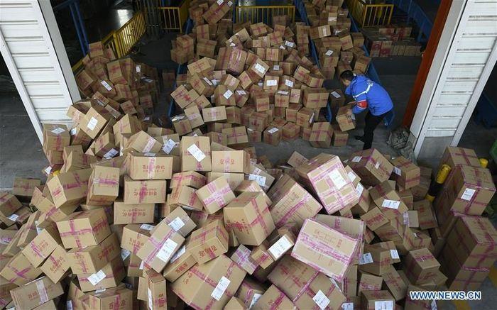Tampak para anggota staf bekerja di pusat distribusi sebuah perusahaan ekspres di Yinchuan, barat laut Daerah Otonom Ningxia Hui China, 12 November 2018. Istimewa/Dok. Xinhuanet.