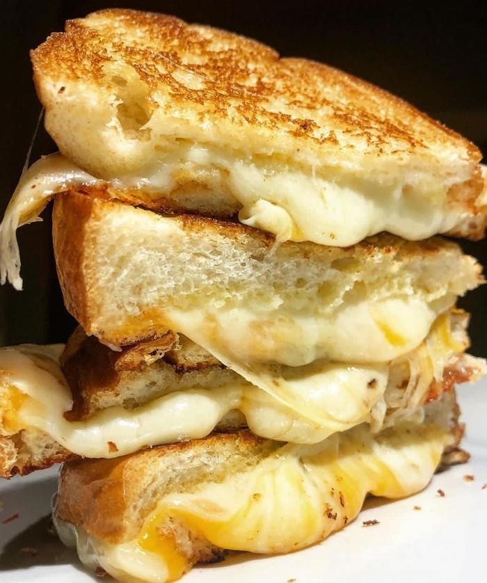 Versi klasik sandwich keju. Diisi keju mozzarella dipanggang hingga mulur creamy. Siapa mau? Foto : Instagram @atlfoodoe