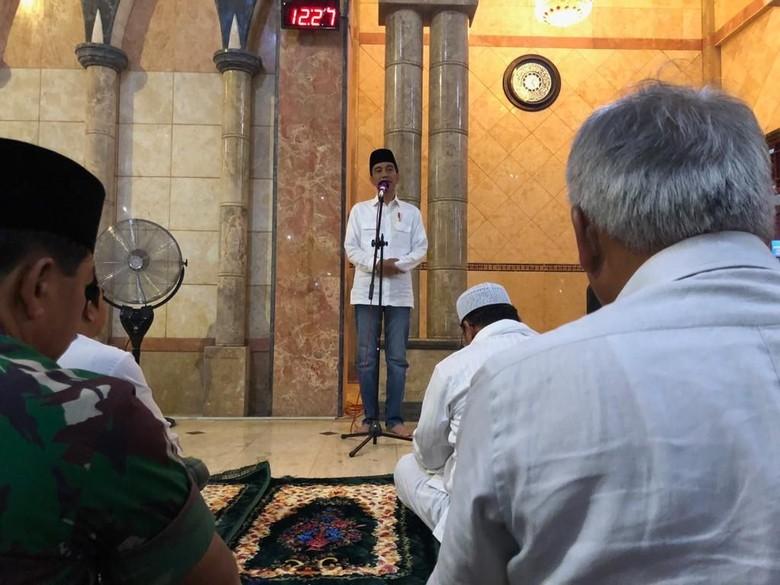 Bercelana Jin, Jokowi Bicara di Masjid Al-Aqsha Merauke Usai Jumatan