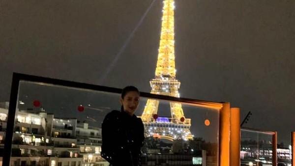 Kota Paris di Prancis juga tidak ia lewatkan. Bahkan, sempat berfoto di tempat ikoniknya yakni Menara Eiffel (claudiashkim/Instagram)