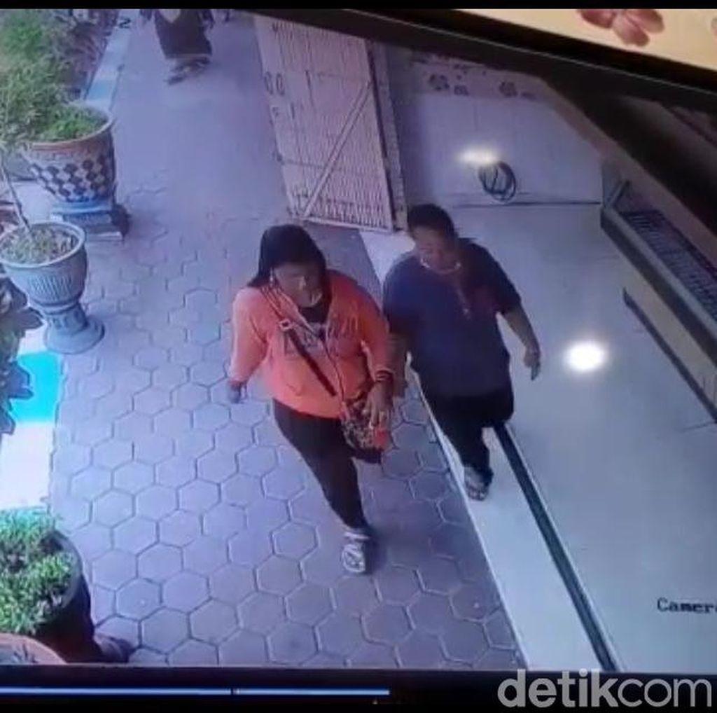 Emak-emak Ini Terekam CCTV Usai Curi Perhiasan di Toko Emas