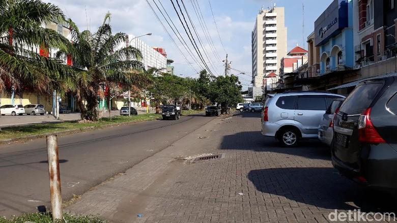 Dor! Polisi Tembak dan Kepung Sebuah Mobil di Solo Baru