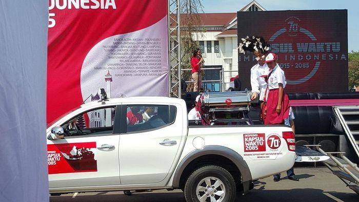 Pada peringatan hari kemerdekaan Indonesia ke 70 pada tanggal 17 Agustus 2015, Presiden Jokowi melakukan ekspedisi Kapsul waktu Impian Indonesia 2015-2085 di lapangan Hasanab-Sai Pemda Merauke, Papua dan diikuti oleh sekitar 3.000 orang dari berbagai suku di wilayah Merauke. Foto: Dok. Kementerian PUPR