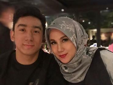 Romantis banget nih, Daffa menyiapkan dinner buat Bundanya. Jadi ingin ikut makan bareng he-he-he. (Foto: Instagram @marinizumarnisreal)