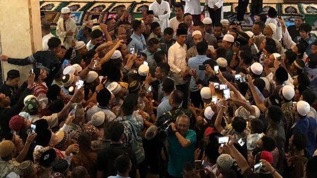 Presiden Jokowi menyapa warga di Masjid Al-Aqsha Merauke, Papua.