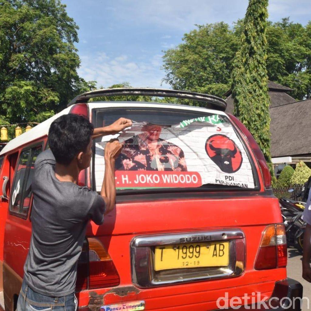 Tim Pemenangan Copot Banner Jokowi yang Ditempel di Angkot Purwakarta