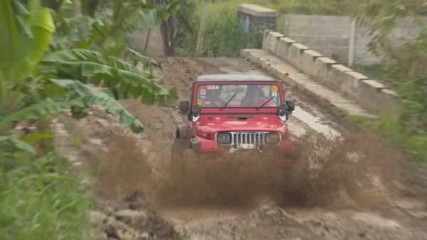 Untuk liburan akhir pekan di Bogor yang penuh rasa petualangan, kamu bisa coba mobil off road di bukit Sentul (My Trip My Adventure)