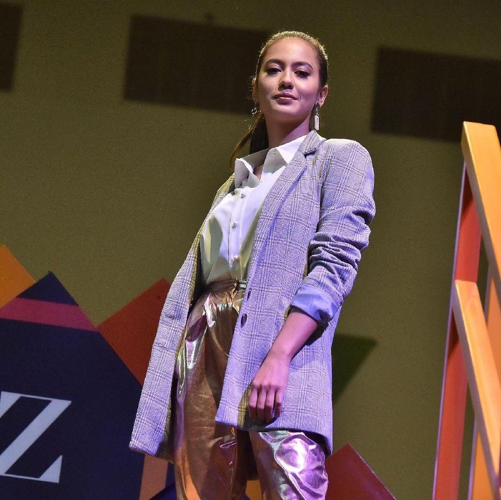Pevita Pearce Mencuri Perhatian di Konser Charlie Puth