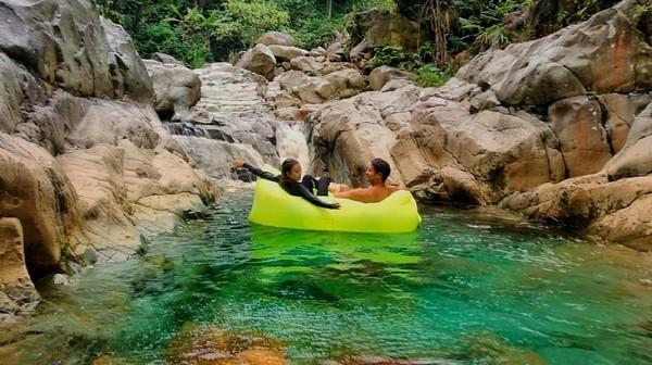 Lokasinya yang terletak di pelosok membuat Curug Cibaliung kerap disebut dewi cantik yang bersembunyi. Traveler bisa menemui curug ini di Desa Cibadak, Sukamakmur, Bogor, Jawa Barat. (My Trip My Adventure)