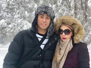 Wah seru nih liburan Marini dan Daffa saat musim salju di Melbourne. Pasti dingin banget ya. (Foto: Instagram @marinizumarnisreal)