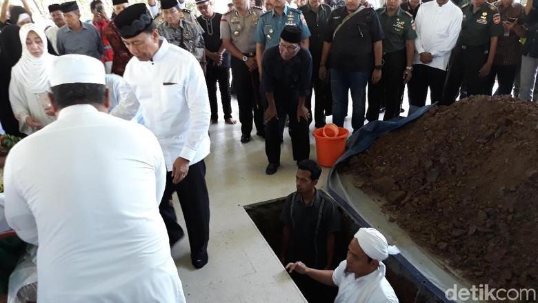 Makamkan Cucu, Wiranto Kenang Putrinya yang Meninggal 40 Tahun Lalu
