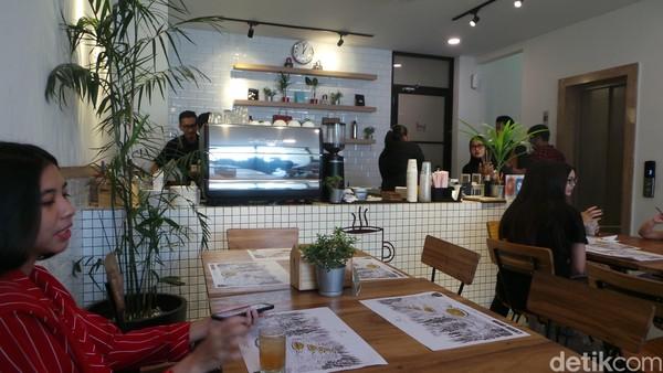 Meja resepsionis di area lobby hotel dihilangkan. Berganti dengan coffee shop bernama Casa Kopi yang berfungsi sebagai tempat nongkrong dekaligus co-working space yang kekinian. (Wahyu/detikTravel)
