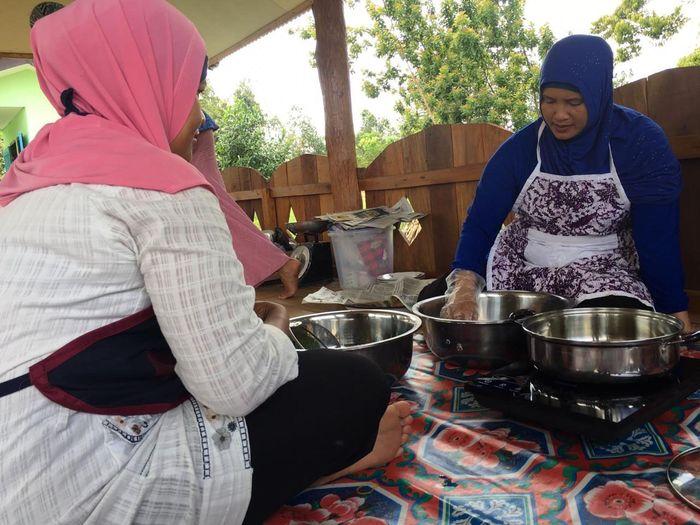 Penduduk Pulau Buku Limau, Kecamatan Manggar, Kabupaten Belitung Timur kini memasak dengan kompor listrik. Nampak Ibu-ibu atau beken disebut Emak-emak sedang menjajal kompor listrik untuk memasak. Istimewa/PLN Wilayah Bangka Belitung.