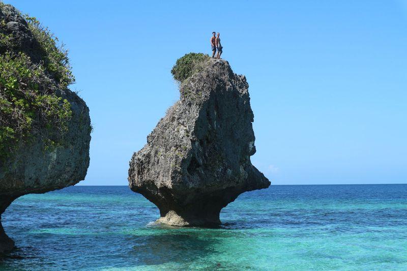Dua host MTMA yaitu Fero Walandouw dan Bimo Aryo Pergi ke Pantai Batu Payung di Pulau Lakor. Alam bawah lautnya juga keren lho. (Indri Yuliani/My Trip My Adventure)