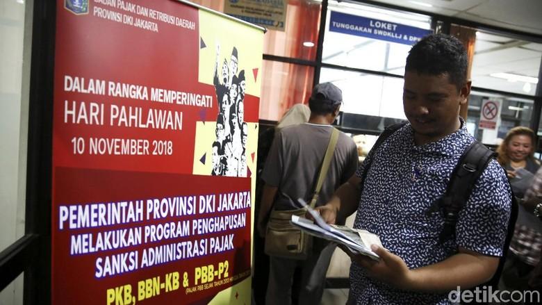 Pembayaran pajak oleh seorang warga DKI Jakarta (Foto: Agung Pambudhy)