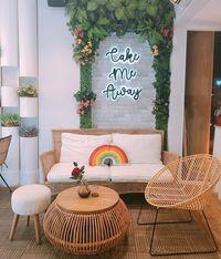Ngopi Sore di Resto Kafe Kekinian Sambil Berfoto di Bawah Neon Light Hits