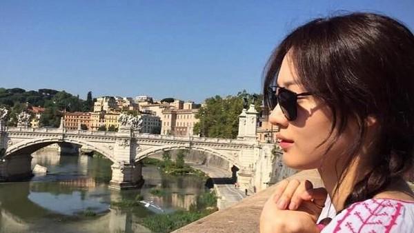 Claudia Kim adalah pemeran Nagini dalam film Fantastic Beasts: The Crimes of Grindelwald. Di sela kesibukannya, ia sering pergi traveling (claudiashkim/Instagram)