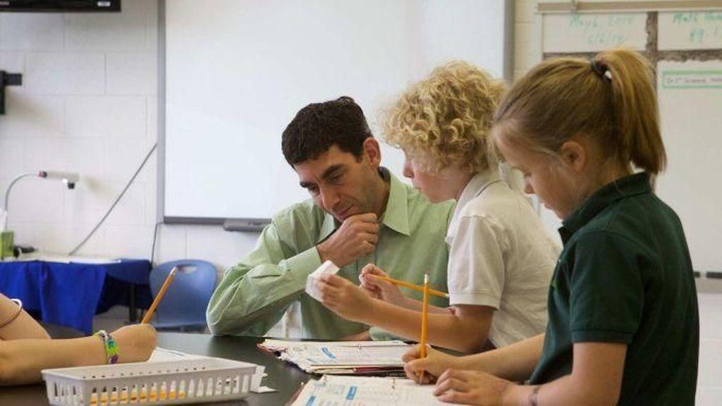 Penelitian Internasional: Guru Indonesia Bergaji Rendah Tapi Dihormati