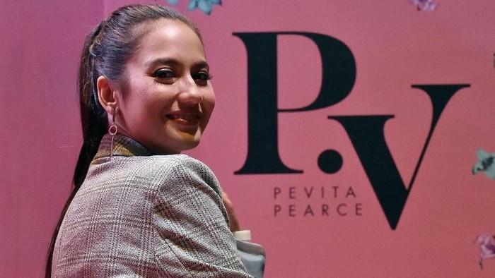 Pevita Pearce di konser Charlie Puth
