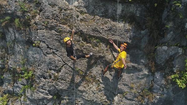 Kalau kamu anak gunung banget dan suka kegiatan alam bebas, ini bisa kamu coba yaitu panjat tebing di Ciampea. Tempat latihan TNI AD nih (My Trip My Adventure)