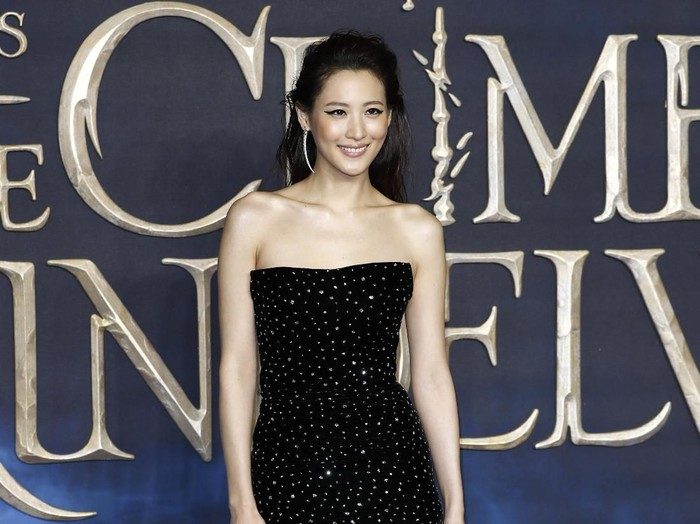 LONDON, ENGLAND - NOVEMBER 13: Claudia Kim signs autographs at the UK Premiere of Fantastic Beasts: The Crimes Of Grindelwald at Cineworld Leicester Square on November 13, 2018 in London, England. (Photo by John Phillips/Getty Images)