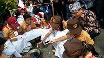 Serunya Ribuan Pelajar Membatik di Banyuwangi