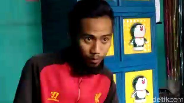 Pemasang atribut 'Raja Jokowi' di Banyumas, Ade Irmanus Sholeh.
