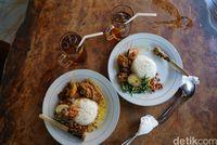 Makan di Warung Ayam Ibu Oki (Syanti/detikTravel)