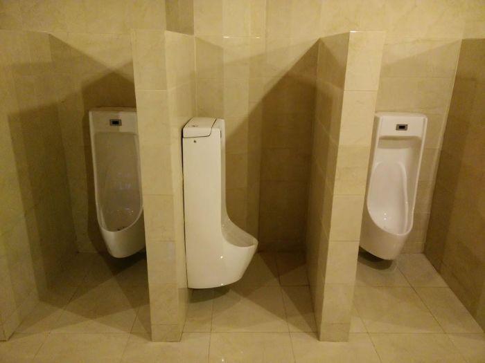 Apa maksudnya coba buat desain toilet seperti ini? Istimewa/Orangjuice.