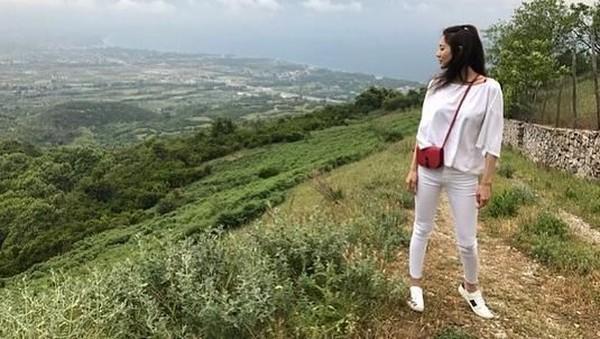 Gaya travelingnya juga modis dan stylish! (claudiashkim/Instagram)