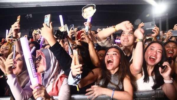 Aksi Penuh Pesona Charlie Puth Konser di Jakarta